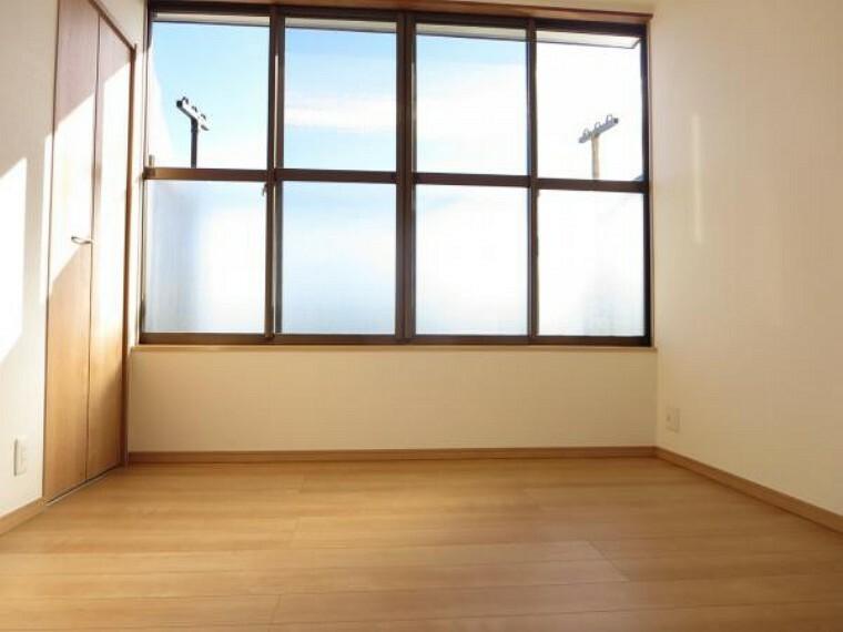 【リフォーム済】2階4.5帖洋室は壁幅いっぱいに開口がありますので、風通し、陽当たり、ともに良好です。ベランダが付いていますので、洗濯や布団を干すスペースとして活用できます。広めの家事室としても使えますね