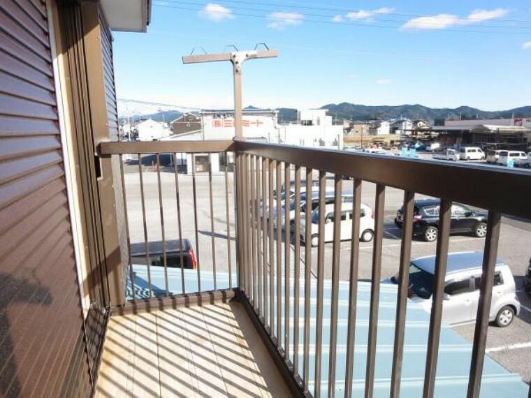 バルコニー 【リフォーム済】2階4.5帖洋室に隣接するベランダ。南側で隣地は駐車場ですので、日中は陽当たり、風通しとも良好。洗濯物や布団を気持ちよく干せますね