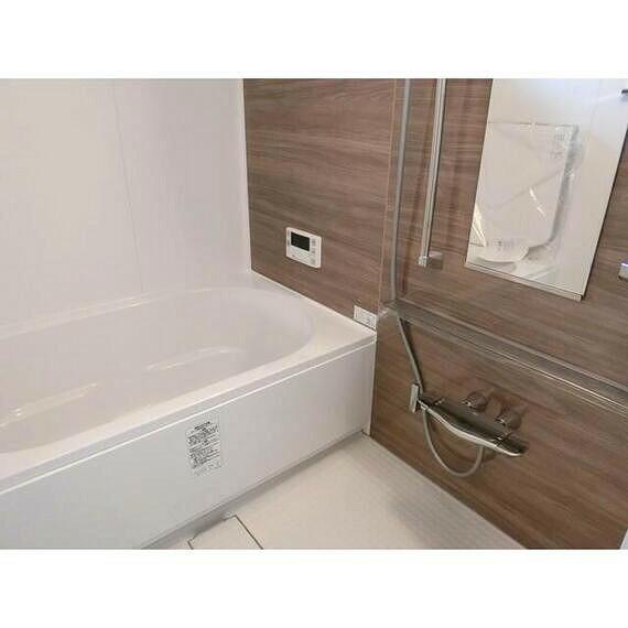 浴室 ウッド調の模様がリラックス効果を高めてくれるお風呂。