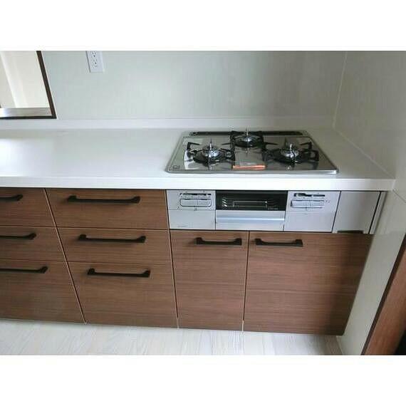 キッチン 落ち着いたカラーのシステムキッチン。