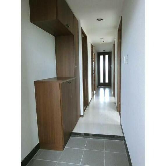 玄関 スッキリとした機能的な玄関。