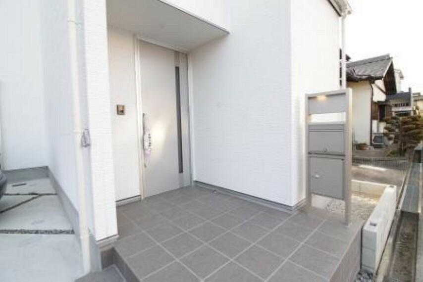 共用部・設備施設 宅配BOX付き門柱とスタイリッシュな玄関!