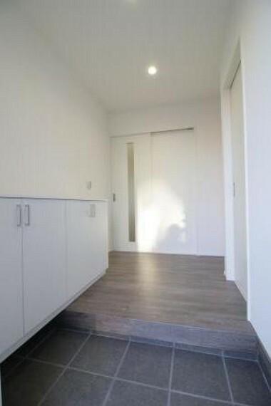 玄関 広々とした玄関には玄関収納があり、写真や小物が飾れます!