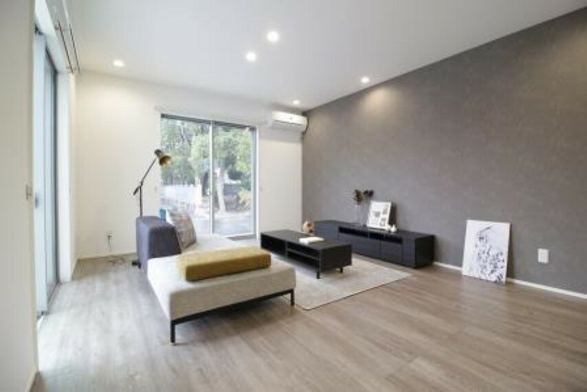 居間・リビング 2面採光の明るいリビングで日中は電気をつけなくても明るいです。