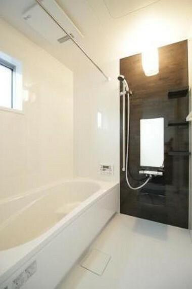 浴室 ゆったりとした浴室。お子様との楽しい入浴になりそうです!花粉症の方にはうれしい室内干しができる浴室暖房乾燥機付きです!