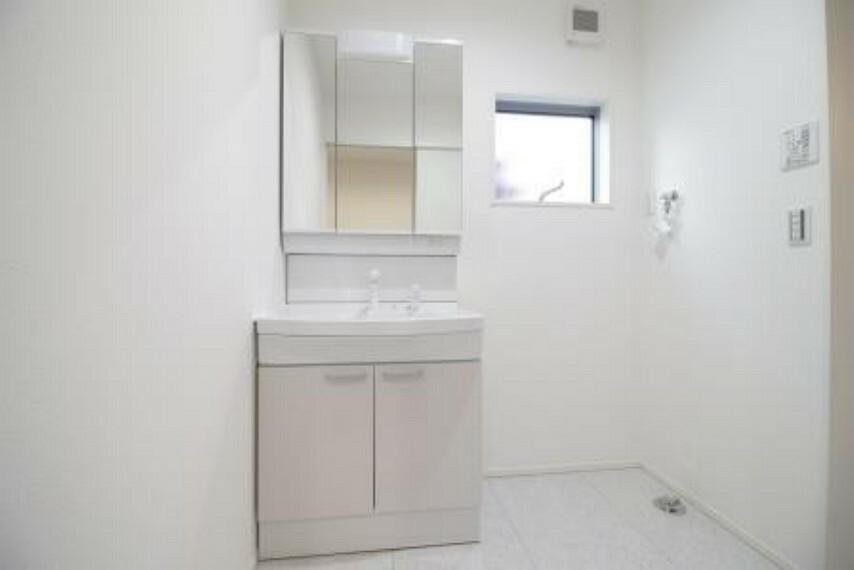 洗面化粧台 三面鏡には収納もついていて洗面台がすっきりと生活感が隠せます!