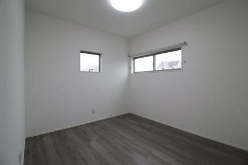 洋室 北東洋室。 2面採光!窓を2つ設けたことで光が差し込む温かい空間になっています!