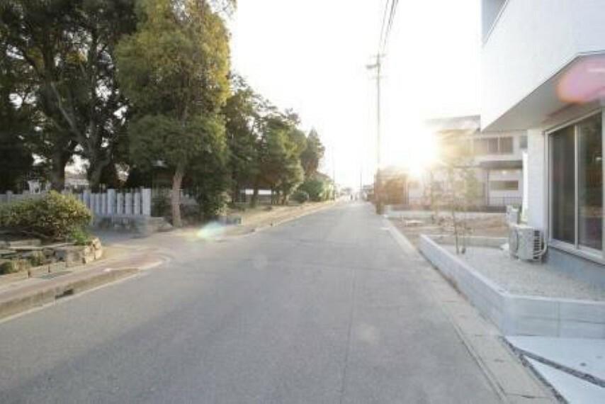 現況外観写真 広々とした前面道路で、駐車もしやすいです!