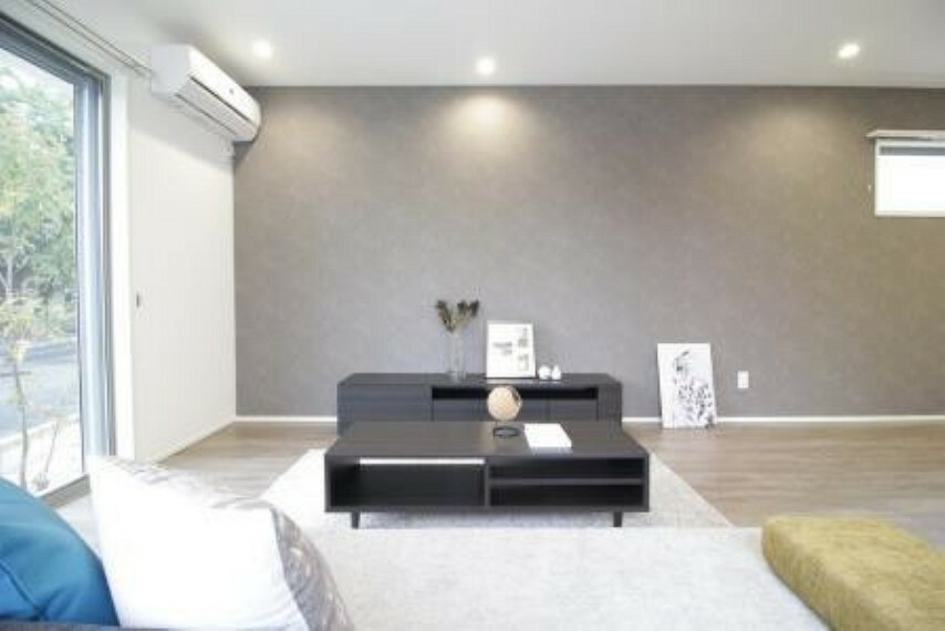 居間・リビング ソファに座ると温かい光を浴びながらテレビを見ることができます!