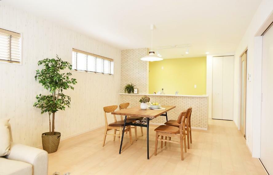 リビングダイニング 【当社オプション工事事例】当社では壁紙変更、照明・カーテン取付工事も承ります!新居をこだわりの空間にしてみませんか? 建物面積:110.95平米、工事費用:627,331円(税込、家具の価格込)
