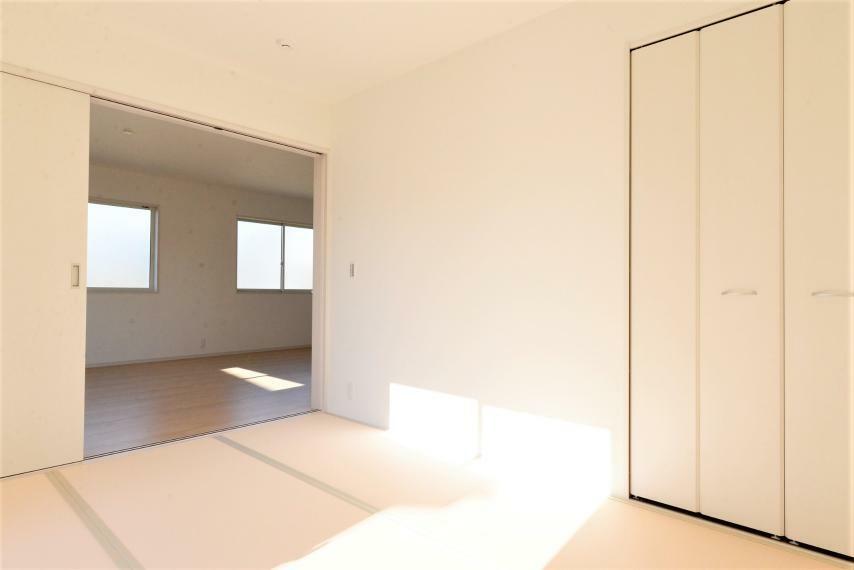和室 クローゼット仕様の収納スペースつきで来客用のお布団などもすっきりしまえます。