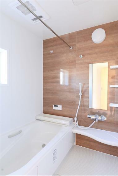 浴室 一日の疲れを癒してくれる、ゆったりとした広さの浴室。暖房乾燥機付きで快適!床は濡れてもすべりにくく、水はけが良いのでお手入れラクラク!