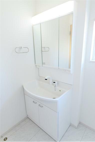 洗面化粧台 お手入れしやすいシャワー機能付洗面化粧台。収納スペースも充実で小物もすっきり収まります!