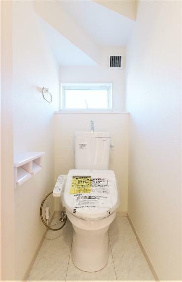 トイレ 窓を備え明るく清潔感のあるお手洗い。温水洗浄便座でいつでも快適。フチなし形状でサッとひとふきでお手入れもカンタンです!