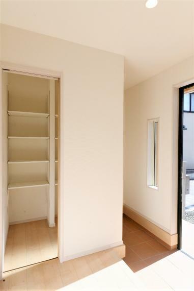 玄関 玄関スペースには大型のシューズクローゼットを完備。シューズクローク(土間収納)はベビーカーやカー用品などの収納にとても便利です