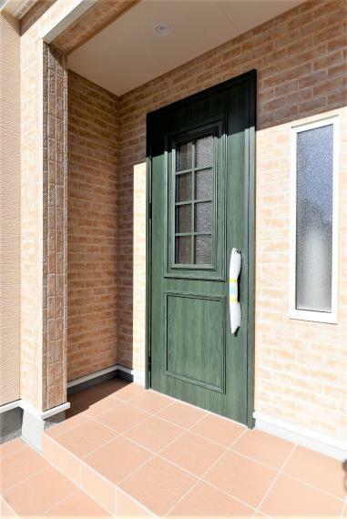 玄関 目隠しにもなる屋根付き玄関ポーチ。