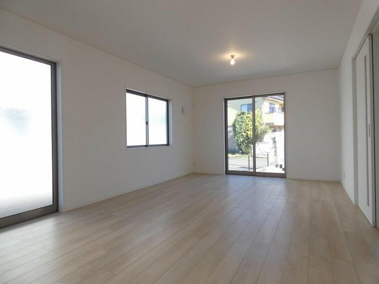 居間・リビング 各居室に収納があるため、お部屋がスッキリ広くお使え頂けます!