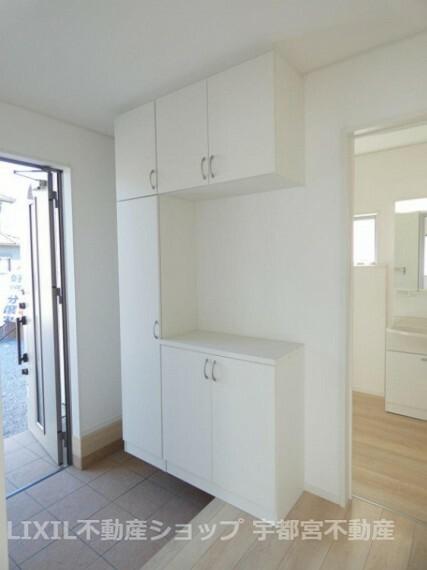 玄関 ゆったりとした玄関は収納もたっぷり。来客時もスッキリつかえます。