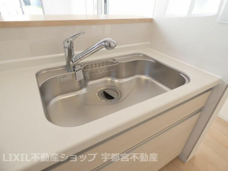 発電・温水設備 浄水器一体型。ご希望によって浄水も使用可能。シャワーヘッドでシンクのお掃除もらくらく。