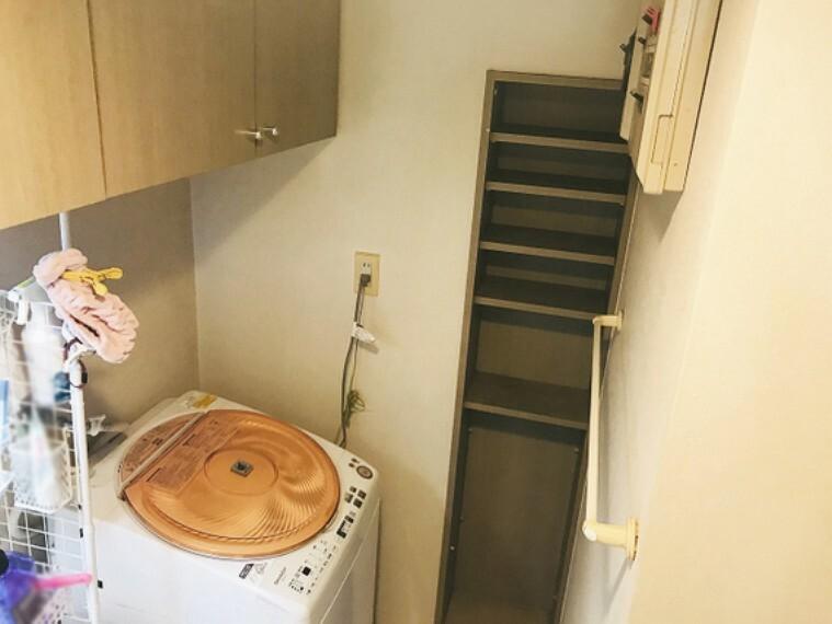 洗面化粧台 壁にも収納棚があるので、細々したものも仕舞えます。