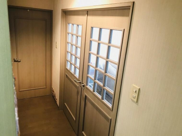 現況写真 LDK出入口・観音開きの大きなドアです