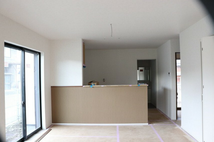 居間・リビング ダイニングから見たキッチン。 アクセントクロスが映えます。