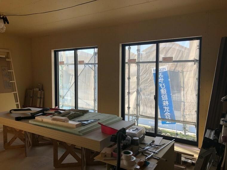 居間・リビング LDK南面にはおおきな掃き出し窓が2つ。