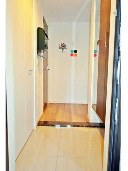 玄関 造作の靴箱収納付の玄関ホール!