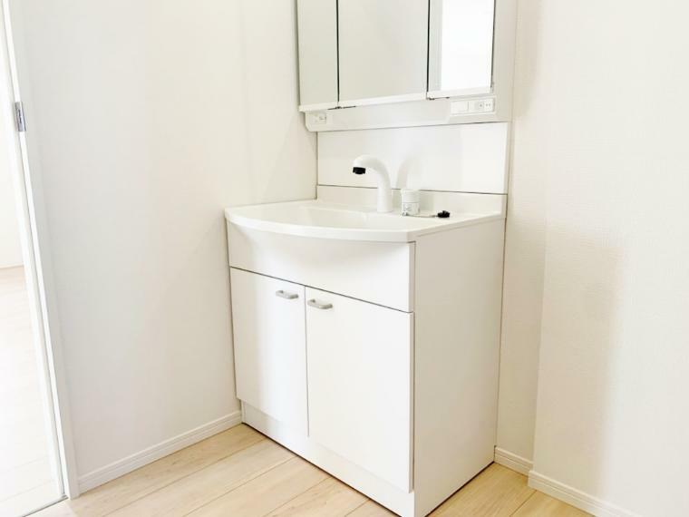 洗面化粧台 収納機能付きで便利