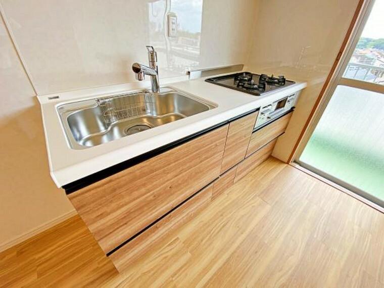 キッチン 使い勝手の良いI型キッチンです。窓があり、お料理のにおいもこもりません。