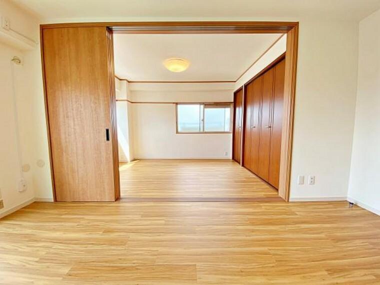 リビングと洋室の仕切りを開けると広々とした空間になります。
