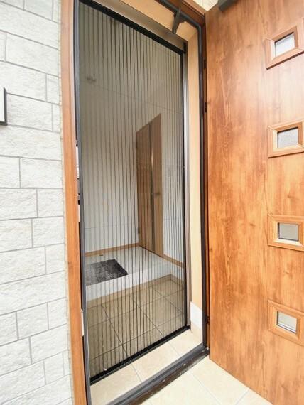 玄関 ・玄関・網戸・玄関ドアをあけて換気しても網戸が付いているので虫が入りにくいです。(2020年9月撮影)