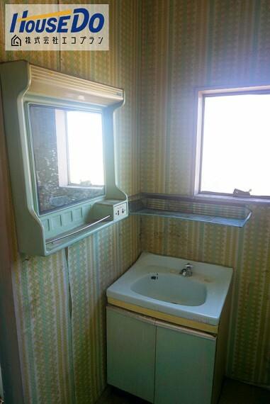 洗面化粧台 広々とした洗面スペースです! 朝の支度とお洗濯が重なっても安心ですね  洗面台の下にも収納があるので 洗剤の買い置き等しっかりできます!