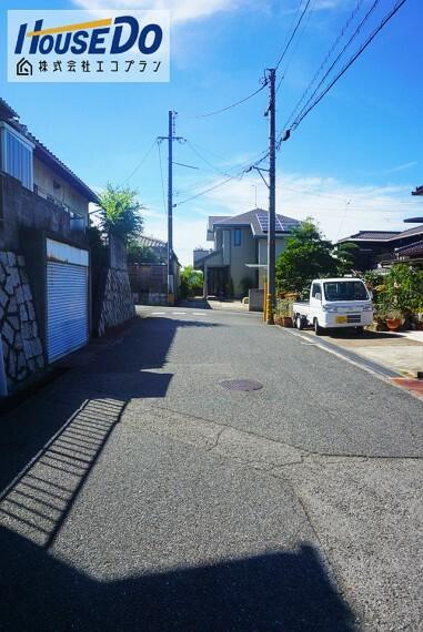 外観・現況 前面道路は約5mあります  周辺の車通りが少なく、静かな環境なので落ち着いて駐車できそうですね