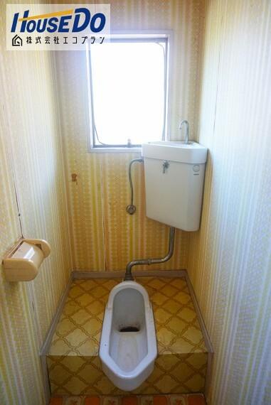 トイレ 大きな窓があるので、光を沢山取り入れることができる明るいトイレです  換気も十分することができ、清潔感が保てますね!