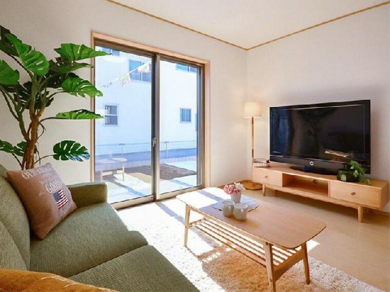 栃木市箱森C号棟リビング(同仕様施工例)・・・家族の集まるリビングは南向き18.2帖。カウンターのついているのでお子様の宿題や奥様の趣味のスペースとしても使うことができますね。