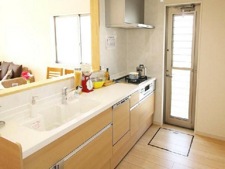 栃木市箱森C号棟キッチン(同仕様施工例)・・・食後の片付けの時短になる食洗機が標準装備。水栓金具はオールインワン浄水栓です。