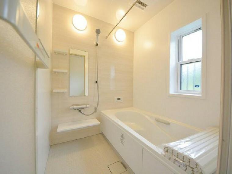 栃木市箱森C号棟浴室(同仕様施工例)・・・エコベンチの浴槽は半身浴ができます。また節水効果もあるのでお財布にも優しです。ランドリーパイプ、換気乾燥暖房機もついているので洗濯物を干すこともできます。