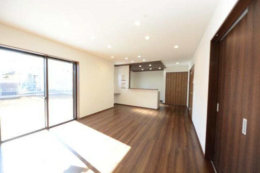 栃木市箱森B号棟リビング・・・家族の集まるリビングは南向き18.2帖。カウンターのついているのでお子様の宿題や奥様の趣味のスペースとしても使うことができますね。