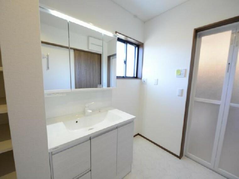 栃木市箱森B号棟洗面 ・・・水まわりのお掃除も楽々。水栓は汚れが取れやすくお手入れしやすい須吾ピカ素材です。三面鏡の後ろは収納に。美容家電の収納もできるので洗面室が片付きます。