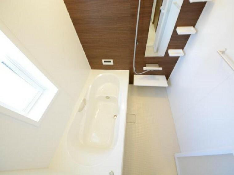 栃木市箱森B号棟浴室・・・エコベンチの浴槽は半身浴ができます。また節水効果もあるのでお財布にも優しです。ランドリーパイプ、換気乾燥暖房機もついているので洗濯物を干すこともできます。