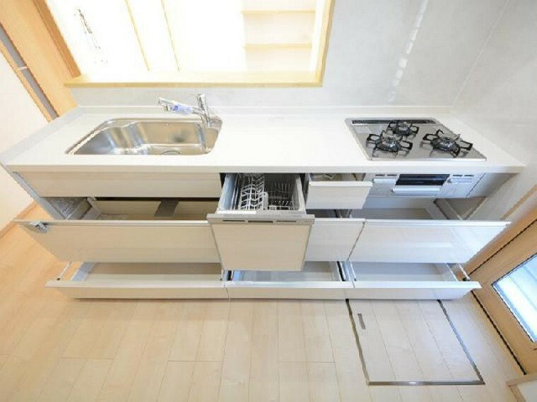 栃木市川原田C号棟キッチン・・・お手入れしやすさと片付けやすさに優れたシンクと、節水効果もある食洗機付きです。