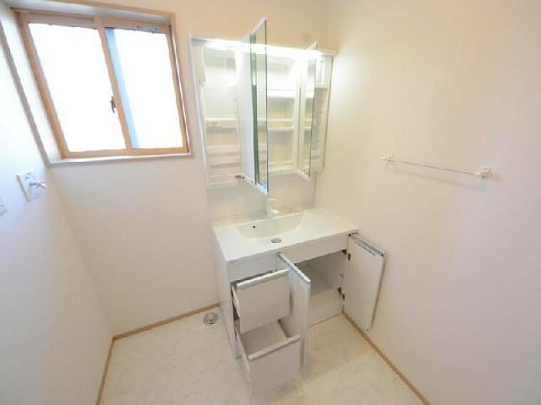 栃木市川原田C号棟洗面・・・3面鏡の後ろは収納スペースになっています。美容家電の収納や、小物の収納ができ洗面台まわりをスッキリ使うことができます。