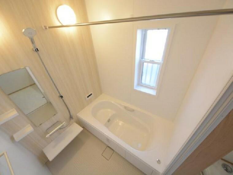 栃木市川原田C号棟浴室・・・ランドリーパイプに換気乾燥暖房機がついていますので梅雨時期にはいっきに洗濯物を乾かすことができます。また寒い冬も暖房で温かく入浴できます。