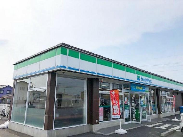 ファミリーマート・・・徒歩圏内にコンビ二があるのは便利ですね。ATMもあるので銀行までいかずに済みます。