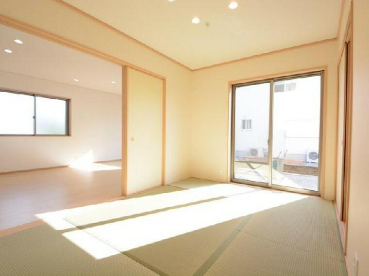 栃木市沼和田D号棟和室・・・南向きの和室は大きな窓もあり日当たり良好です。玄関ホールから和室へ出入りできるので、お客様のおもてなしのお部屋としても便利です。
