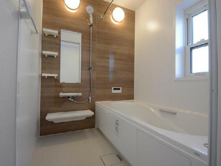 栃木市沼和田D号棟浴室・・・浴室は換気乾燥暖房機がついています。ランドリーパイプもついているので、お外にお洗濯物が干せない雨の日でも浴室に干して乾かすことができます。