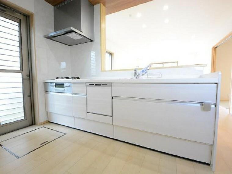 栃木市沼和田D号棟キッチン・・・食洗機がついており、節水や時短につながります。三口コンロや広々としたワークトップなどお料理がしやすいシステムキッチンです。