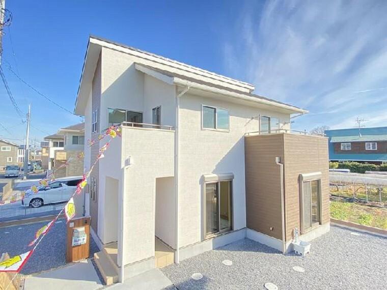 現況外観写真 栃木市沼和田D号棟外観・・・刺繍で描いたような繊細で美しい柄の外壁です。