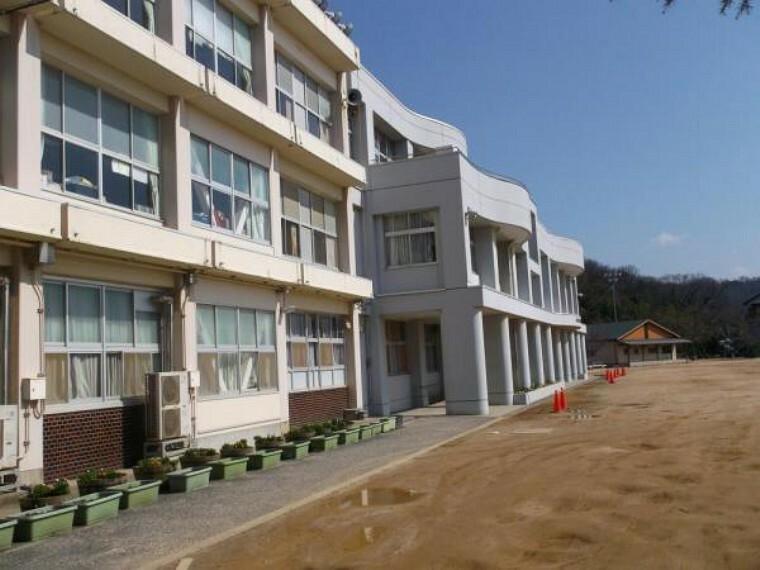 小学校 【近隣写真】市立浜坂小学校まで約1700m(徒歩22分)。お友達との会話が楽しくなりそうですね。